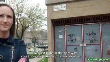 الشابة التي يتم تجنيدها في الشارع لممارسة الجنس في مؤخرتها