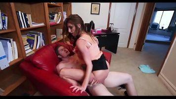 الثلاثي مع اثنين من المراهقين يمارسون الجنس مع رجل