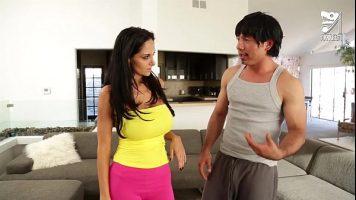 يمارس رجل صيني جيد الصنع الجنس المكثف مع امرأة ذات ثديين كبيرين للغاية