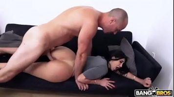 الكلبة سمراء مع قطع كبيرة تجلس على الأريكة وتمارس الجنس