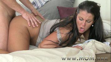 الجنس المكثف في الجزء السفلي من امرأة سمراء مع الحمار منتفخ تحبها