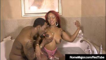 إنه يستحم في الجاكوزي عندما تدخله امرأة ملونة مع القطع الضخمة التي تصنعها