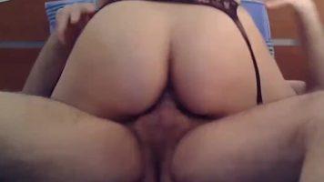 وقحة المؤخرة الكبيرة تمارس الجنس المكثف مع رجل يرتدي الواقي الذكري