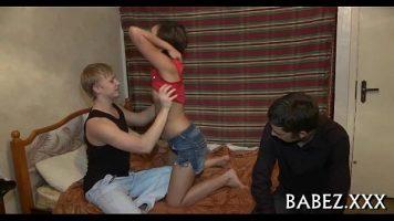 فتاة نحيفة تعرف كيف تمتص القضيب قبل اختراقها