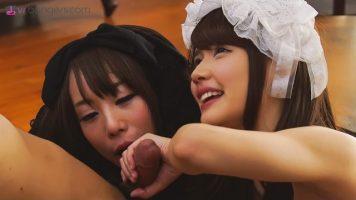 رتبت سيدتان صينيتان جميلتان تبتسمان على شفاههما بشكل جيد للغاية ما تفعلانه لك