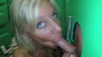 مكنسة بعيون زرقاء تمارس الجنس الفموي من خلال ثقب في مرحاض عام