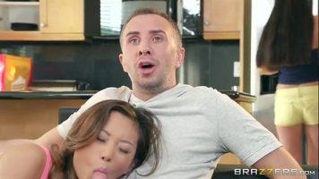 إنه يشاهد التلفاز بينما يأخذ الآسيوي قضيبه في فمها ويصنعها