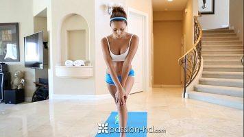 يتم مقاطعة المراهق الذي يمارس تمارين رياضية مريحة