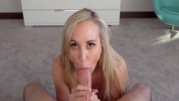 امرأة ذات ثدي كبير جدًا تمارس الجنس في الفم بشدة من قبل قواد