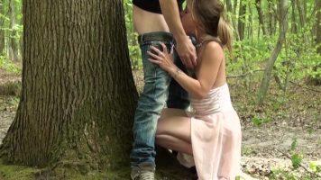 شقراء تلقي اللسان في غابة من صديقة شابة تمسك رأسها