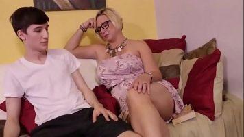 امرأة ناضجة تخلع حمالة صدرها وتبدأ في مخالبها