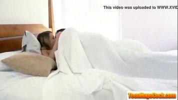 يدخل وجهها يقبل صديقها في السرير ويريد وضعها