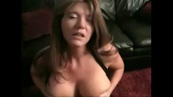 قاضي شقراء مع ثدي كبير الذي يجب أن يمارس الجنس عن طريق الفم