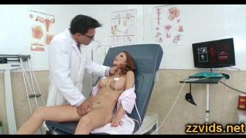 يتم فحصها على كسها ومؤخرتها من قبل الطبيب الذي يرفعها