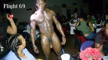 رجل أسود مع قضيب كبير جدًا مدعو إلى حفلة