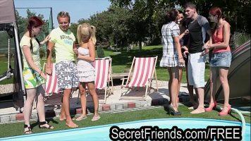 ستة عاهرات ورجلين يمارس الجنس معها بجنون في حمام السباحة