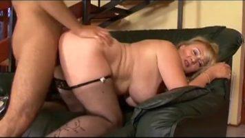 ناضجة وقحة شقراء الدهون مع كبير الثدي الذين يمارسون الجنس مع شاب