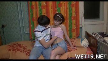 يضع يده من خلال قميص الفتاة ويلمس ثديها الجميل ثم