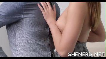 يجلس على ركبتيه ويسعد زميله في العمل ، مما يعني أنه يمص قضيبه