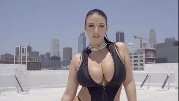 امرأة سمراء جيدة مع كبير الثدي الذي يريد ممارسة العادة السرية بقوة بأصابعها