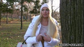 هذه العاهرة الروسية التي يتم تعليمها تضع شفتيها وجملها تحت تصرفها