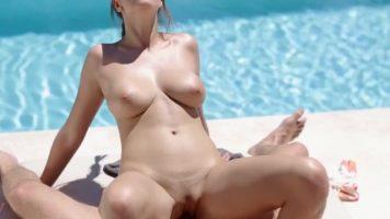 لعبة جنسية مكثفة في المسبح مع امرأة تجلس على الديك