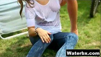 النساء اللواتي لا يرتدين حمالة صدر ويتم رشهن بالماء مثيرات للغاية