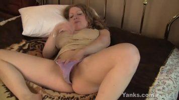 هي وحدها في المنزل وتسحب وسادة بين ساقيها لممارسة العادة السرية
