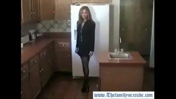 تجدها دائمًا في المطبخ جاهزة لبدء لعبة جنسية رائعة