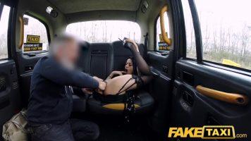امرأة سمراء مارس الجنس من قبل سائق مسن يستمتع بالحفلات