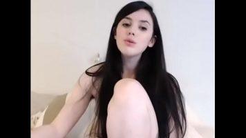 امرأة شابة جميلة مع كس ضيق ينتشر ساقيها