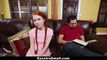 هذا أحمر الشعر الشاب وبخ من قبل صديقها