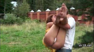 يسحر امرأة ناضجة على مقعد ويريد أن يضع يدها بين ساقيها وبينها