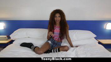امرأة سوداء رائعة نحيفة وصغيرة القامة لديها شعر مجعد للغاية وتريد ذلك