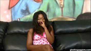 العاهرة السوداء التي يمارسها الرجل في الفم