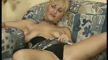 هذه العاهرة الشقراء لديها طوق حول رقبتها وتوافق على أن تمارس الجنس في المؤخرة