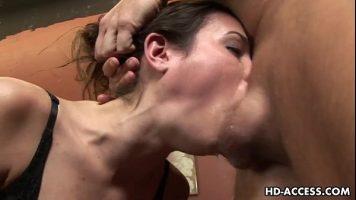 امرأة سمراء عاهرة مارس الجنس من الصعب جدا في الفم من قبل رجل