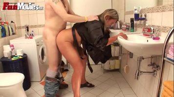 في الصباح في الحمام ، تقوم هذه المرأة الناضجة بتجهيز جسدها للوظيفة ما عدا زوجها