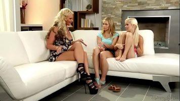 ثلاث نساء شقراء يدخلن أصابعهن في مؤخرات ومهبل بعضهن البعض