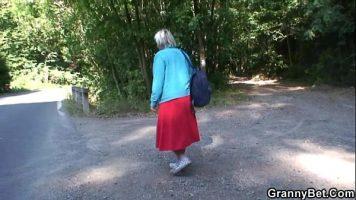 المرأة الناضجة التي يتم أخذها في بعض الأحيان تجرؤ على وضع يديها على قضيب