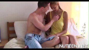 شقراء مع ثديين كبيرين يعطي الجنس الفموي لشريكها ثم يقبل ثدييها