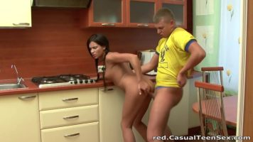 بعد الطبخ لصديقتها ، يضعها على ركبتيها ويمصهما