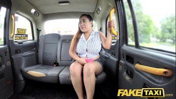 أبي تايلاندي يحب استقبالها من صديقها عندما يأخذها بسيارة أجرة