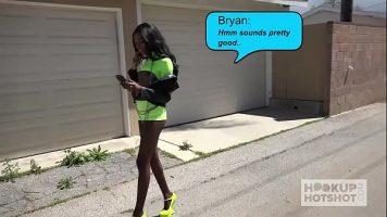 هذه المرأة السوداء النحيلة التي تريد أن تفعل ذلك تمشي في الشارع مرتدية ملابس قصيرة للغاية
