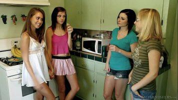 مثليات صغيرات يخلعن ملابسهن في غرف مختلفة ويبدأن في لمس بعضهن البعض كثيرًا