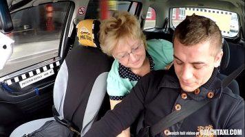 يسعد سائق سيارة أجرة أن يلمسه أثناء قيادة امرأة
