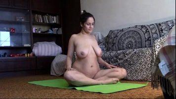 هذه المرأة الناضجة تمارس اليوجا في غرفة المعيشة وتحب أن تكون عارية