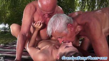 رجلان عجوزان لديهما ديوك صغيرة يعبثان مع شاب مراهق يستقبلهما