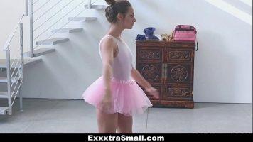 راقصة الباليه التي تحرك قطعها بشكل جيد للغاية عندما تكون مدعومة من قبل قضيب سميك