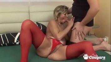 مكنسة ترتدي سراويل حمراء ويحب أن يمارس الجنس في الفم والجمل